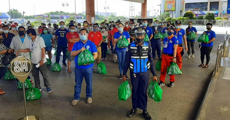 SM City giving gift packs to urban poor under their Kalinga donation drive program.